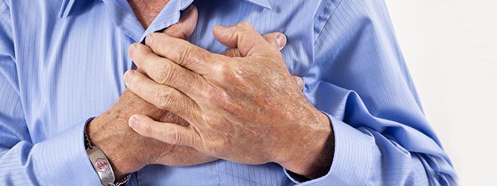 Herzinfarkt? Mann mit Schmerzen in der Brust.