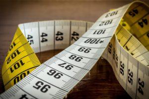 Um die richtige Größe zu ermitteln, ist es wichtig, den Oberarmumfang zu messen