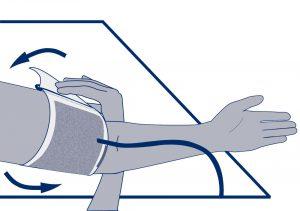 So wird die korrekt platzierte Manschette am Arm festgemacht