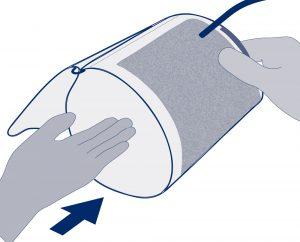 Es wird gezeigt, wie eine Oberarm Blutdruckmanschette über den Arm geschoben wird.