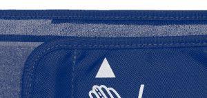 Der Messpfeil auf der Manschette sollte innerhalb der Markierung für den Armumfang am Manschettenrand liegen