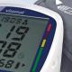 Das Bild zeigt ein Blutdruckmessgerät mit Manschette. Das Im Display wird nach der Messung einer normaler Blutdruck angezeigt.