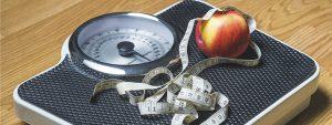 Mit Hilfe einer Waage oder eines Maßbands lässt sich Überwicht feststellen, eine der Ursachen von Bluthochdruck