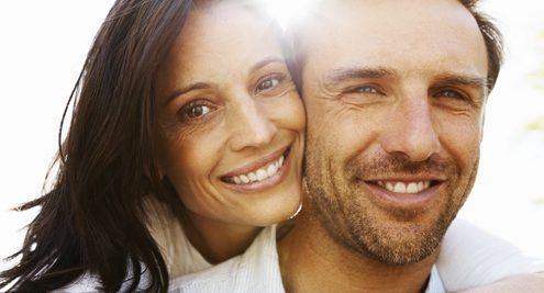 Ein gesundes Pärchen, das regelmäßig seinen Blutdruck und Pulsdruck mit einem visomat Blutdruckmessgerät misst.