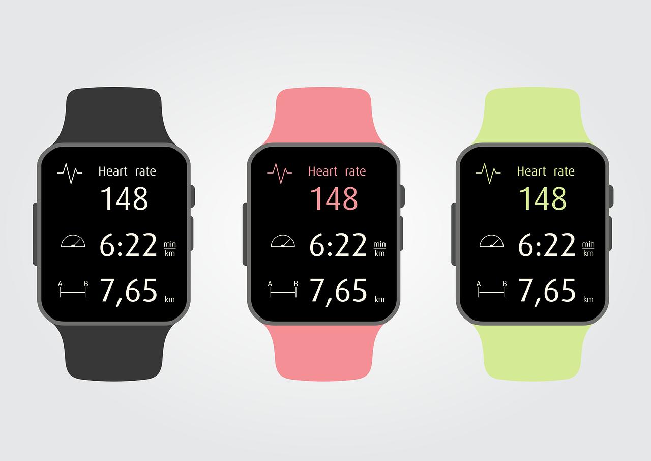 Drei Pulsuhren in schwarz, rosa und gelb, die den Puls elektronisch beim Sport messen können.