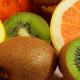 Verschiedene blutdrucksenkende Lebensmittel wie Kiwi und Orangen.