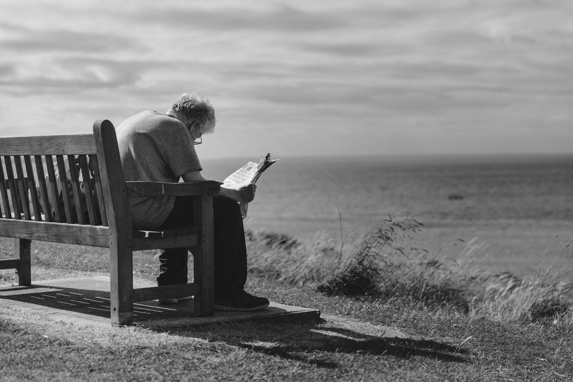Älterer Mensch auf einer Bank. Der Puls in Ruhe ist abhängig vom Alter.