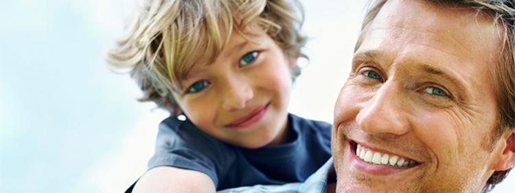 Das Bild zeigt einen Jungen mit seinem Papa mit normalen Blutdruckwerten.