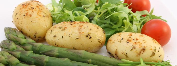 Leicht erhöhte Cholesterinwerte kann man über die Ernährung senken, z. B. mit mehr Gemüse.